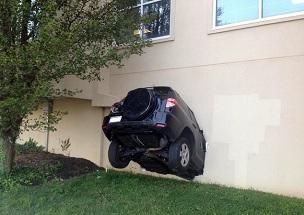 Carro se envolve em acidente