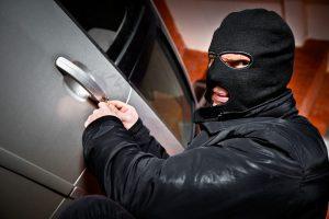 Ladrão furtando um veículo
