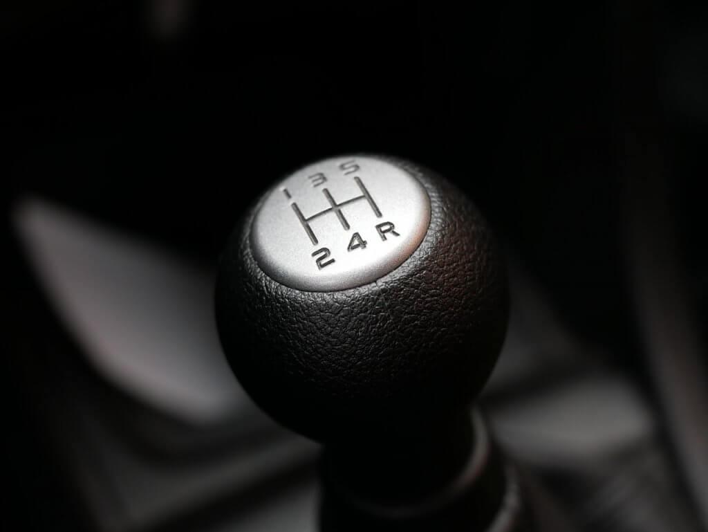 como economizar combustível - Ter atenção com o câmbio do carro é um dica importante de como economizar combustível