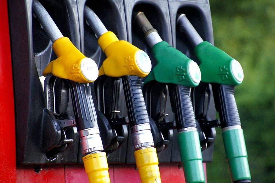 como economizar combustível - Escolher um posto de confiança para abastecer é importante
