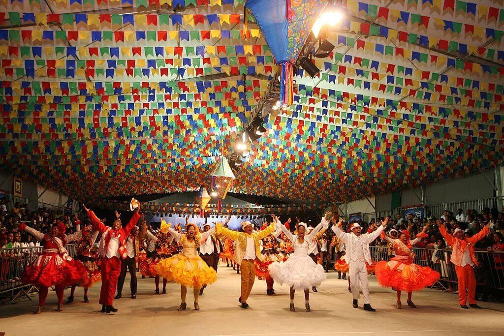festas populares brasileiras - Festa de São João ou Festa Junina: danças, fogueira e tradição