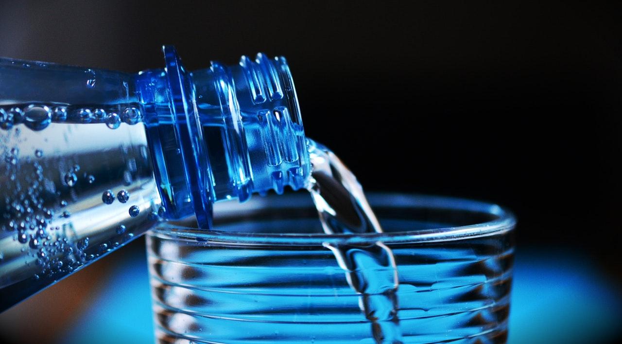 dicas para se adaptar ao fuso horário - Hidratar-se ajuda e muito