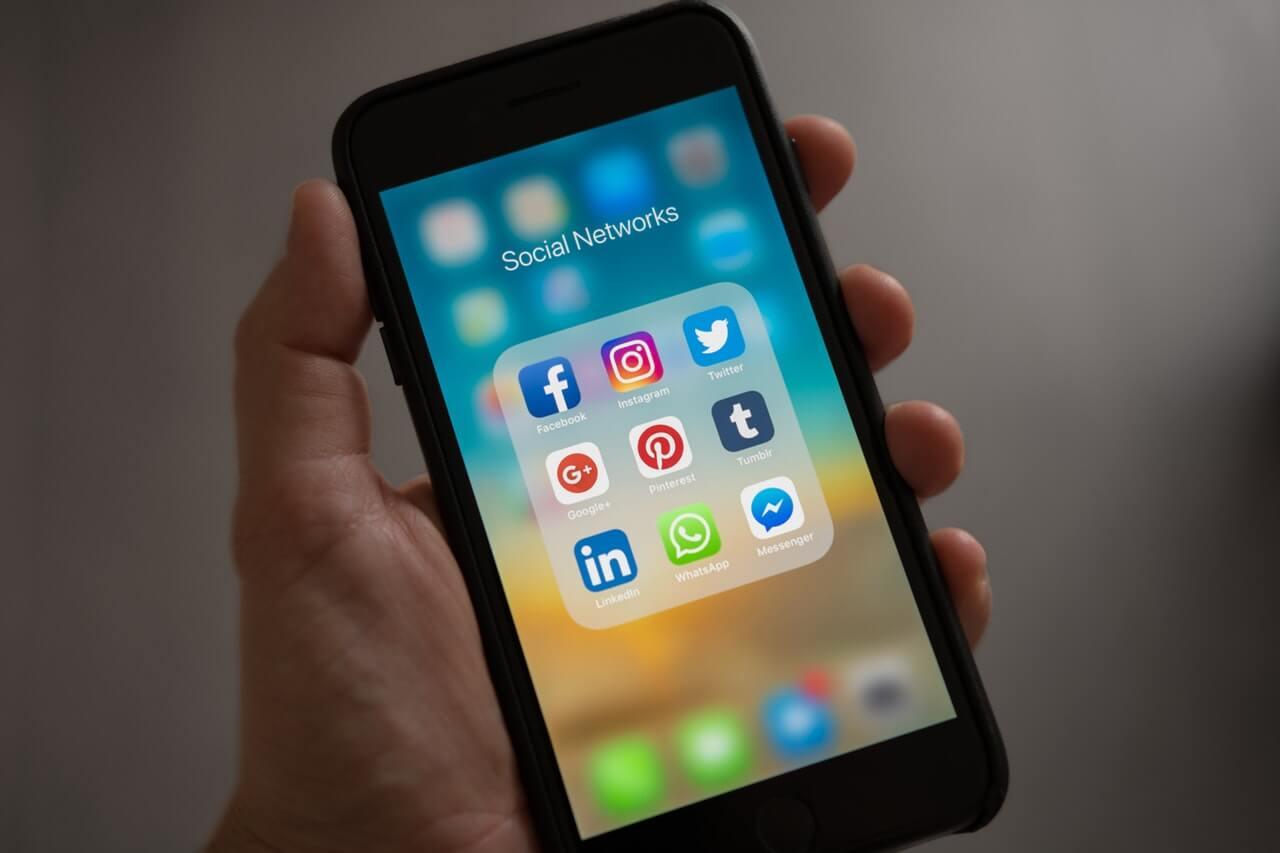 viagem sozinha - Tenha telefones úteis em mãos
