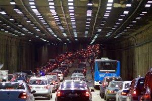 Trânsito em túnel em São Paulo